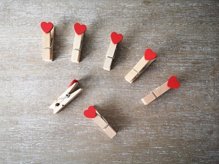 Red Heart Wooden Pegs 20p RHP20